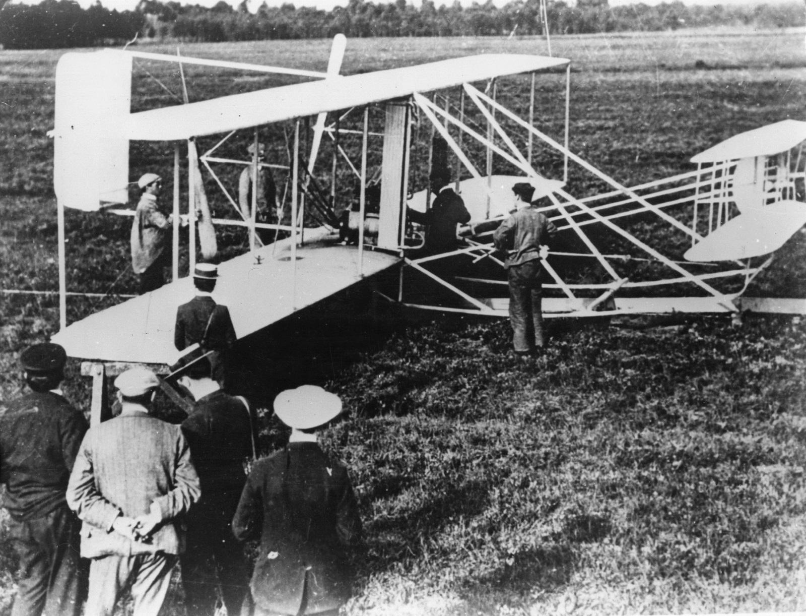 Двамата толкова много си играли с малките си играчки във формата на хеликоптер, че решават да си направят собствена летателна машина. През 1903 те осъществяват първият успешен опит с моторен хеликоптер.