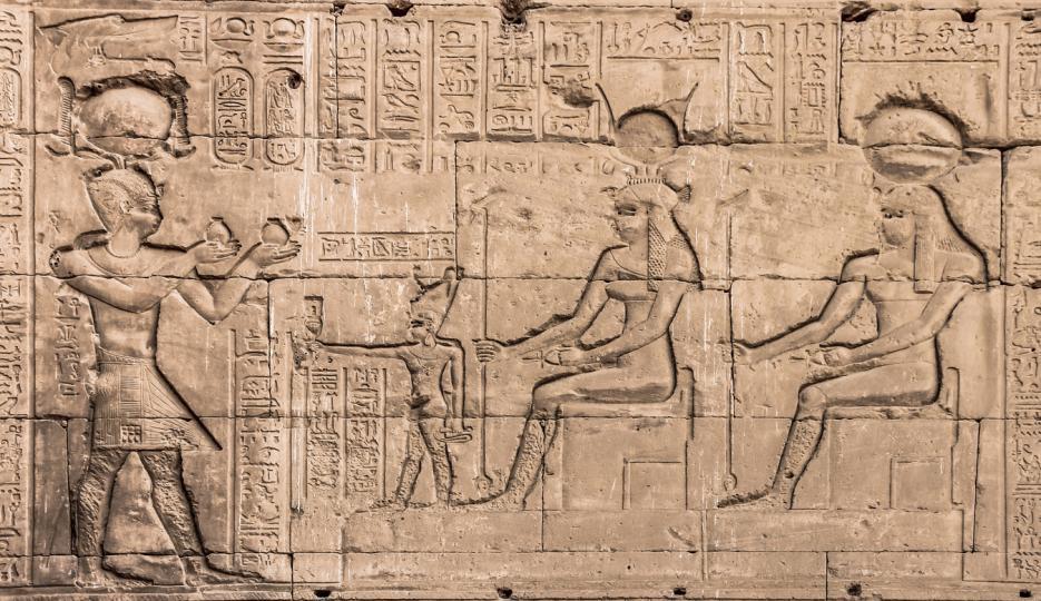 <p>Амон Ра (31 август &ndash; 22 септември) &ndash;&ndash;&ndash; Както всички знаем това е богът на слънцето. Под неговата опека са родени умни, находчиви дами, отличаващи се с логичност и паметливост. Те могат да бъдат добри съветници, стига да поискат, тъй като често предпочитат да заемат позицията на странични наблюдатели и да не се намесват в определени ситуации или взаимоотношения. Справят се еднакво добре и с домакинската работа, и със служебните си ангажименти. Мъжки момичета, които не обичат да мрънкат, а да действат сами.</p>