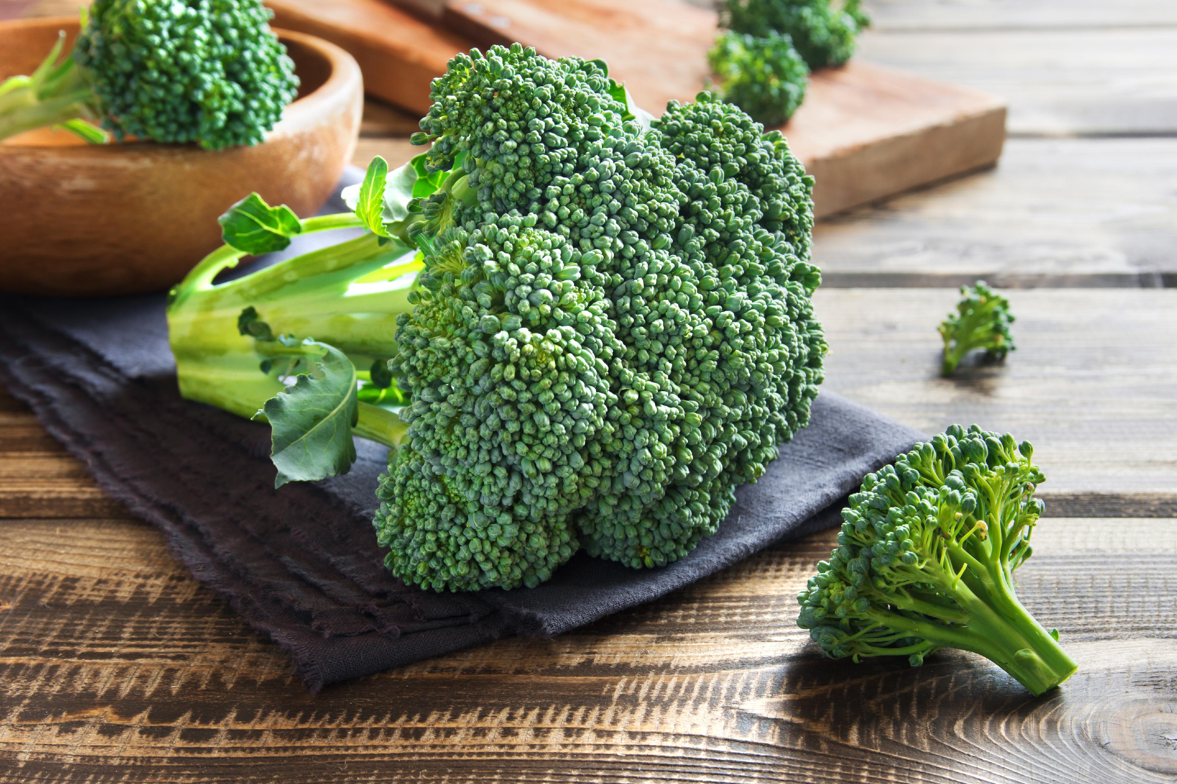 За да извлечем максимума от броколите, еважнода знаем как да ги запазим свеи и в най-добро състояние дни, след като сме ги купили.