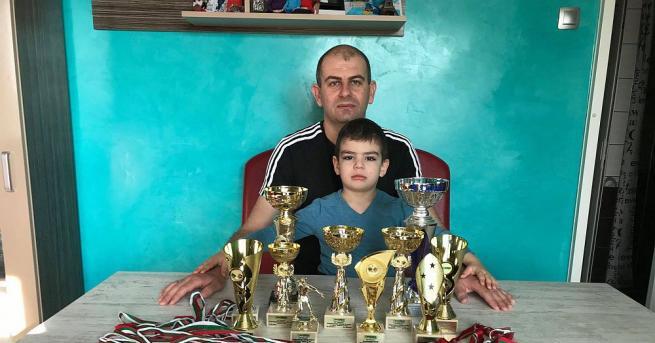 """Млад баща и """"ковач"""" на таланти води битка за живота"""