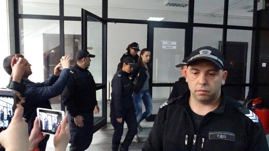 <p>Дознателката, изнасяла информация, остава в ареста</p>