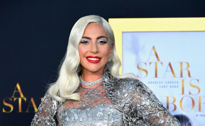 Лейди Гага с нов мъж до себе си. Хванаха ги да се целуват