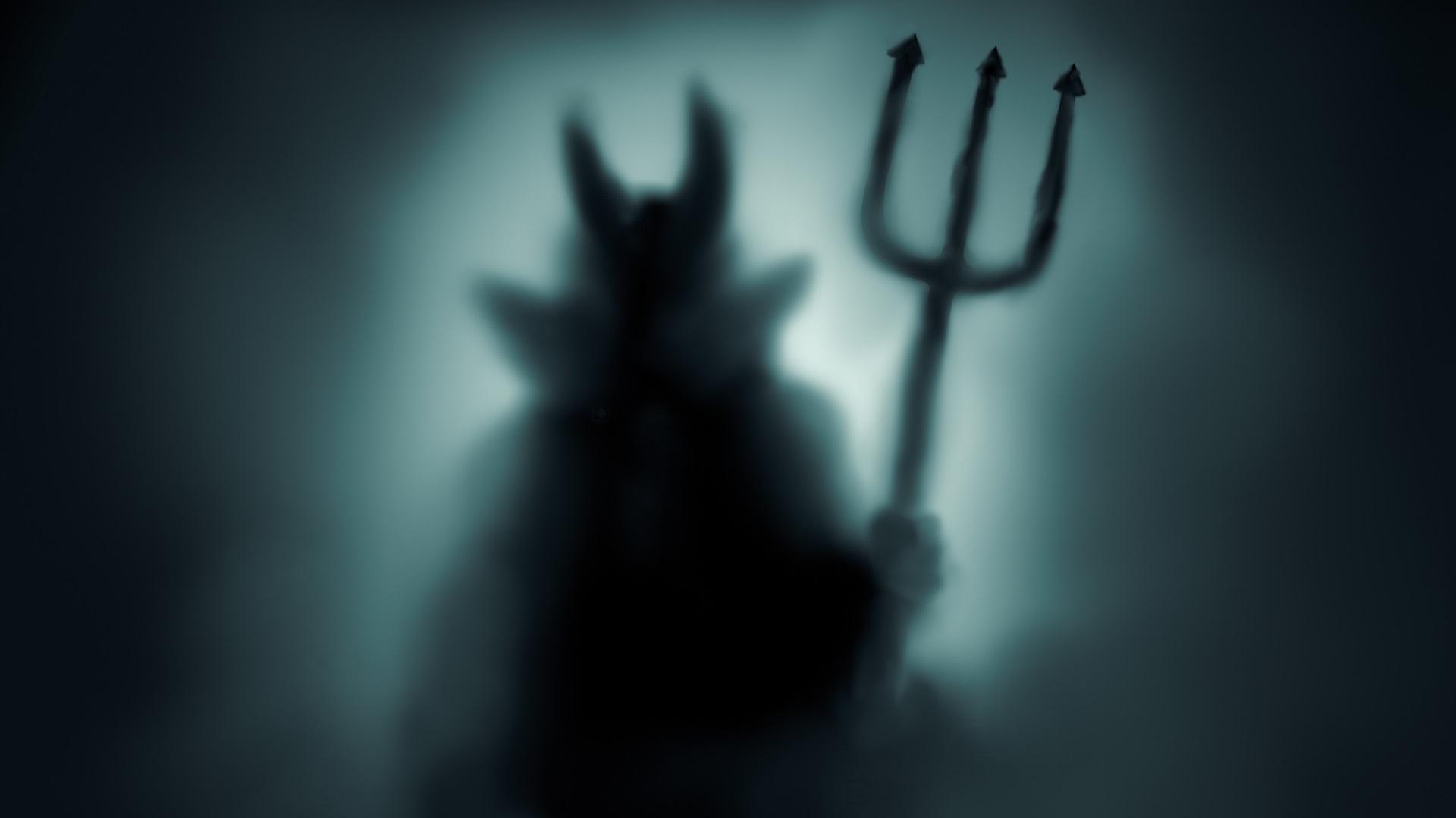 Кралството на Сатаната, Масачузетс (Satan's Kingdom, Massachusetts)<br /> <br /> Градът е наречен така, защото когато първите заселници дошли в района около 1670 г., там имало месни индианци, които започнали ожесточено да бранят земята си. Те провели толкова много жестоки атаки срещу новодошлите, че си мястото си спечелило страховитото име