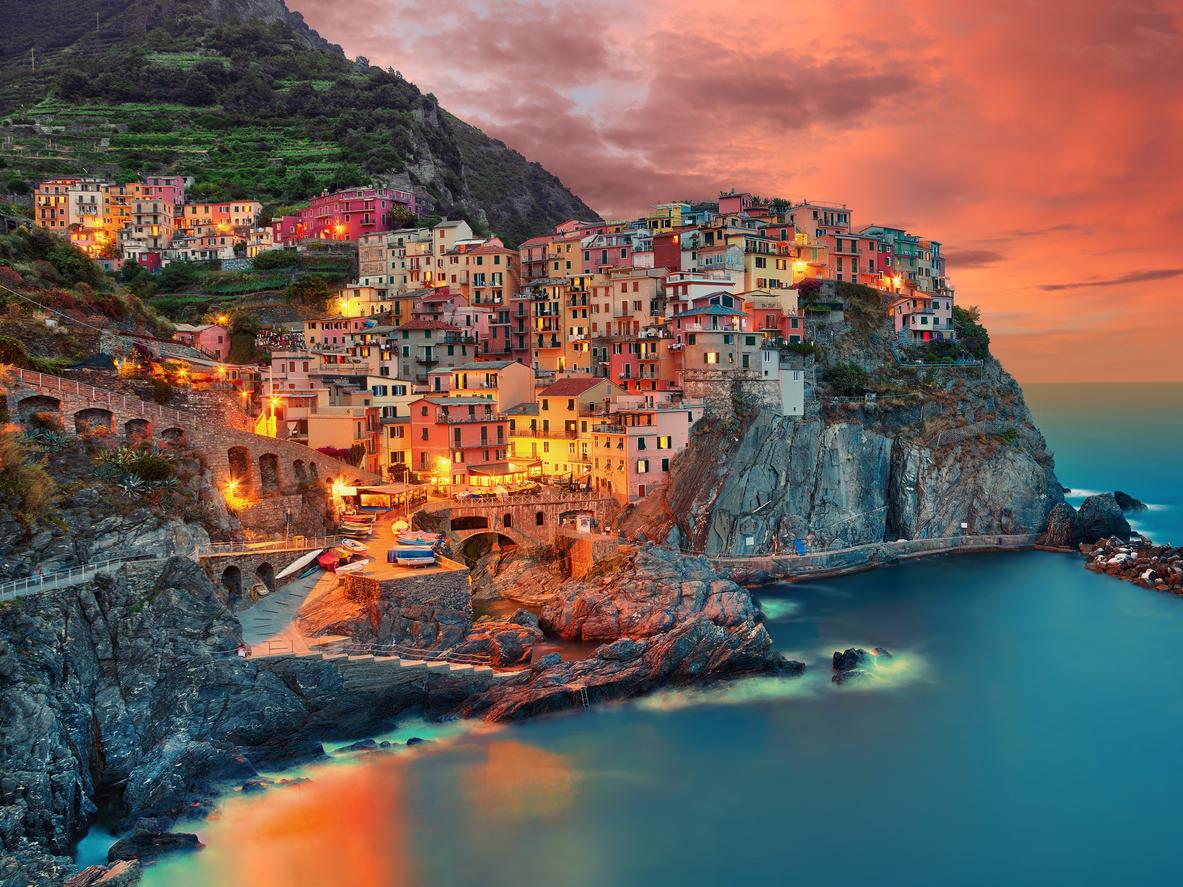 Манарола е малко рибарско градче в провинцията Ла Специя в историческата област и административния регион Лигурия, намиращ се в северна Италия, кацнал на ръба на скалите.