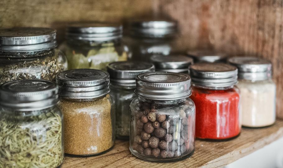<p><strong>Приемайте храни с горчив, стипчив и лют вкус</strong></p>  <p>Използвайте повече подправки. Можете&nbsp;да се насладите&nbsp;и на богатството от билки със загряващи характеристики &ndash; черен пипер, канела, карамфил, индийско орехче, кимион, кардамон и други.</p>