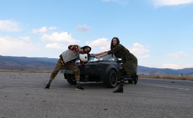 Рапърът N.A.S.O. зад волана в колата на дрифт пилота Ива Русинова