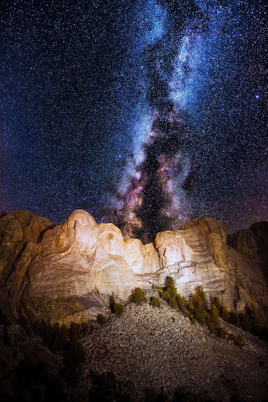 Планината Ръшмор е национален паметник в щата Южна Дакота, САЩ, Намира се на височина от 1745 метра и символизира първите 130 години от историята на САЩ. Там скулпторът Гитзън Борглъм е изваял каменните скулптури на четирима американски президенти. Но малцина знаят, че тази планина крие една голяма тайна. Зад главата на Ейбрахам Линкълн се намира тайна стая, която скулпторът Борглъм внимателно е планирал. Тази скрита стая е един вид тайник за съкровища, който ще бъде отворен след няколко хиляди години и ще позволи на друга цивилизация да разбере всичко за нас. Там туристи не се допускат.