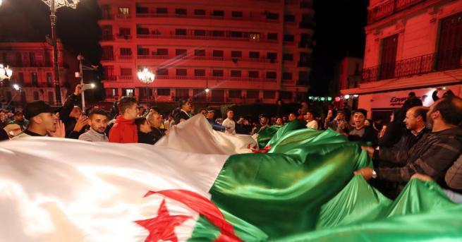 Хиляди хора в Алжир излязоха днес по улиците в центъра