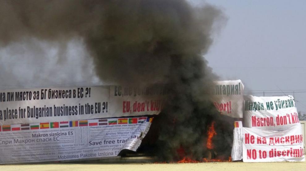 Превозвачи запалиха камион заради пакета