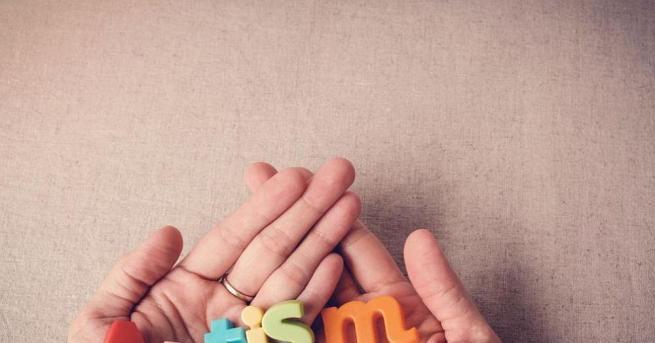 Хората с аутизъм живеят в свой свят. Отличават се с