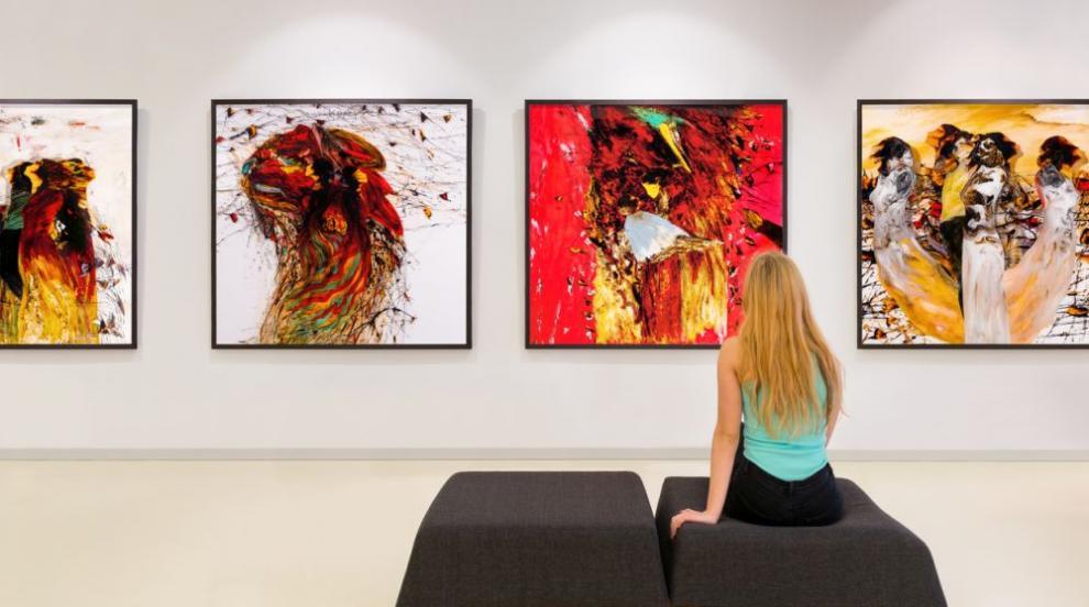 Художничка твори неповторими портрети с гърдите си