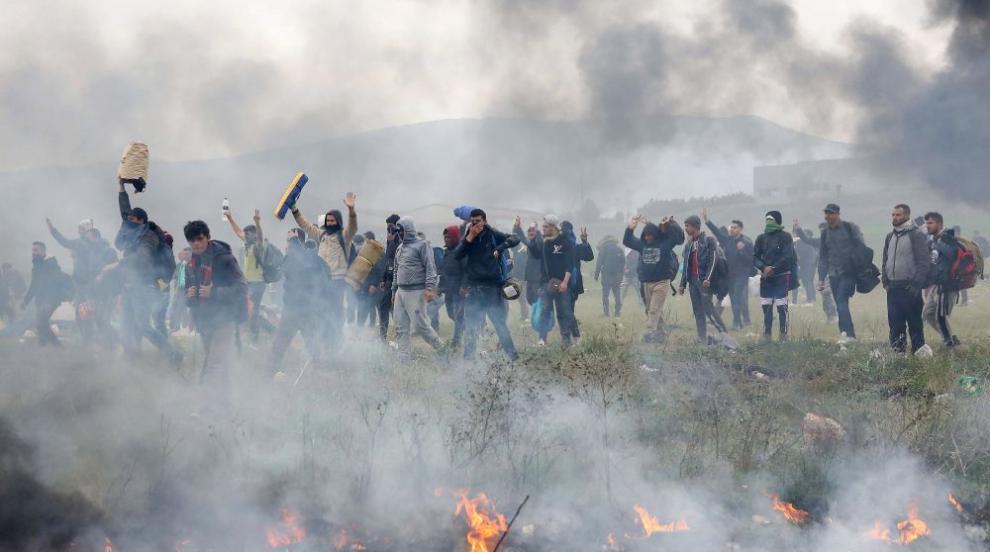 Гръцките граничари разпръснаха мигрантите на границата с Турция със...