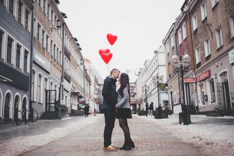 <p><strong>Телец и Везни </strong>- Противоречията межди тези два знака са на няколко фронта и любовта им едва ли ще издържи дълго, защото те искат съвсем различни неща от живота и ценностните им системи се разминават тотално.</p>