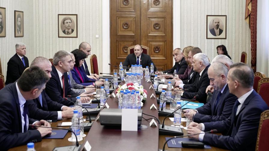 <p>След КСНС - Радев: Скандалът не се лекува с оставки</p>
