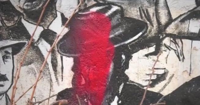 Снимка: Вандализъм: Заляха с боя портрети на известни, изрисувани по къщите на село Старо Железаре