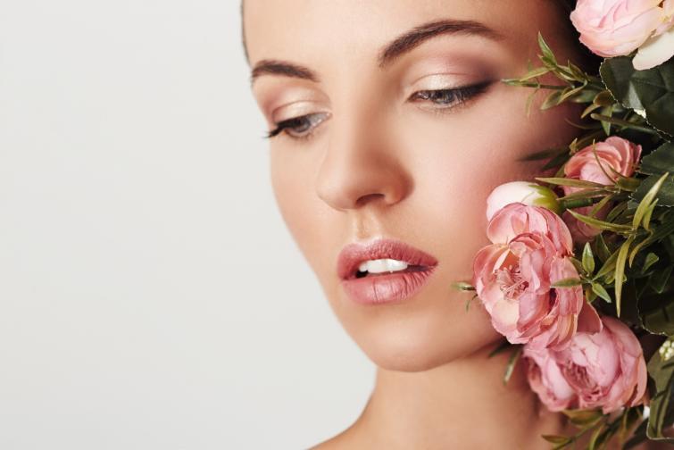 Гримът<br /> През пролетта ще виждаме от всичко по много! Златни опушени клепачи, цветни спирали в неоново розово за смелите момичета и розово по клепача.