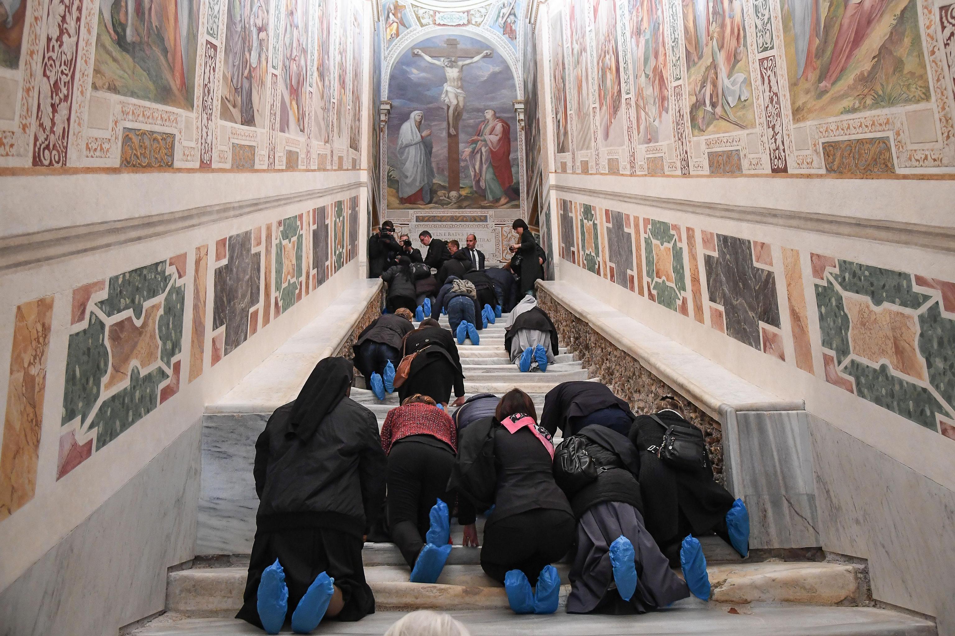 Светите стъпала, по които според преданието е преминал Исус Христос преди да се яви пред римския управител на Юдея Пилат Понтийски, бяха отново открити за публиката в Рим.
