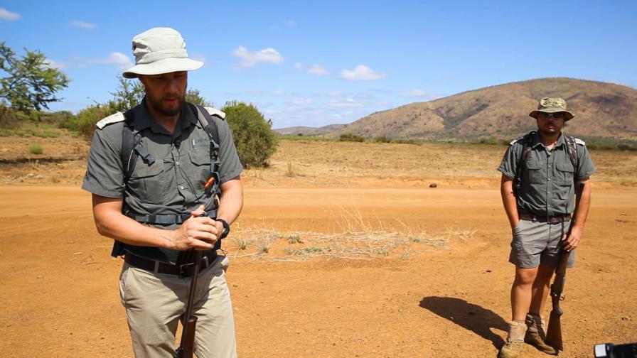 С въоръжени рейнджъри пеша в саваната