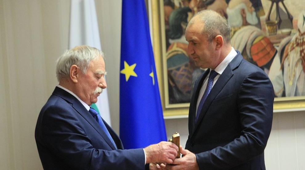 Румен Радев удостои първия български космонавт Георги Иванов с почетен знак