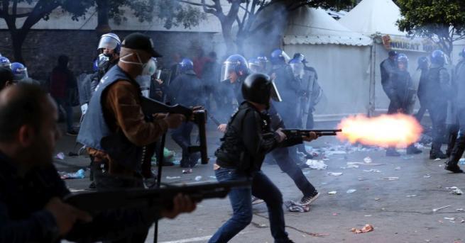 Стотици хиляди протестиращи, искащи оттеглянето на управляващия елит в Алжир,
