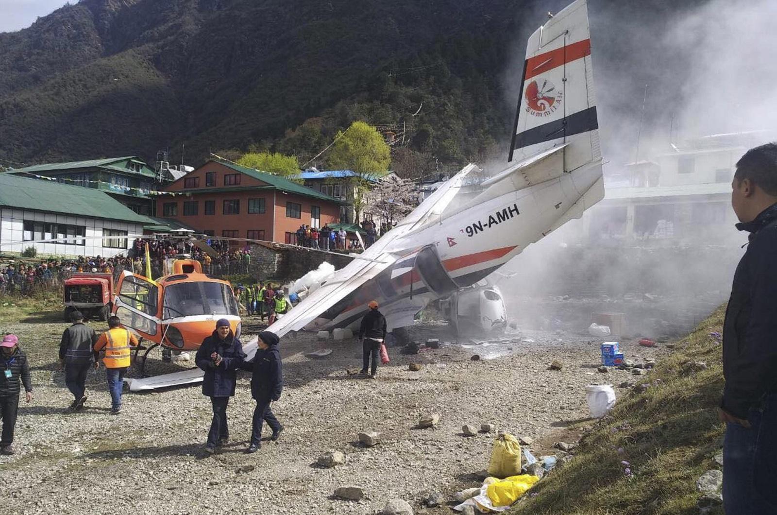 """Най- малко двама души загинаха, а други петима са тежко ранени при сблъсъка между малък самолет и хеликоптери на летище Лукла в провинция Солукхумбу, съобщава в. """"Катманду пост""""."""