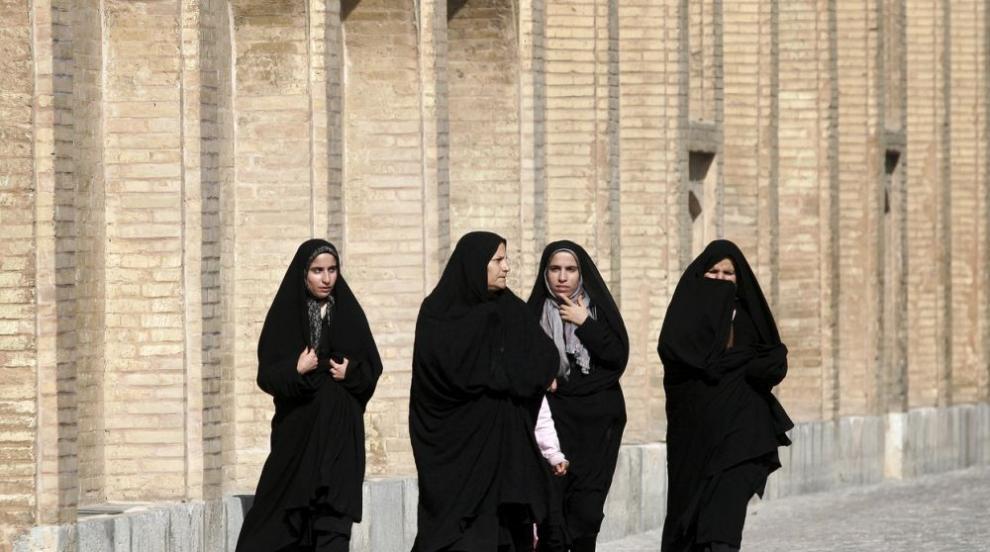 Иранка, свалила забрадката си: Осъдена и после помилвана