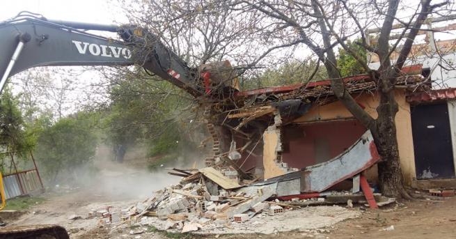 """54 незаконни ромски постройки премахват в местността """"Карасиврия"""" в Стара"""