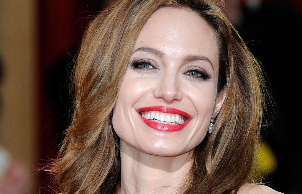 """При всяка своя поява Анджелина Джоли се превръща в сензация. Каквото и да избере като стил, красавицата винаги изглежда зашеметяващо. Но Анджелина има една страст и това е модната марка Versace. На премиерата на """"Дъмбо"""" в Ел Ей актрисата, която бе заедно с децата си - Нокс, Захара, Вивиан и Шайло, отново събра всички погледи с прелестна бяла рокля на италианската марка. Представяме ви 15 уникални тоалета на Versace, с които Анджелина Джоли дефилира на червения килим през годините.<br>"""