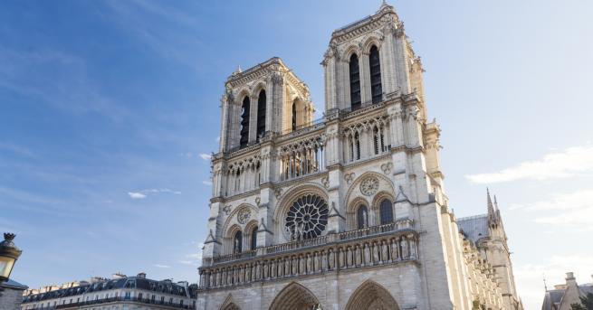 Пожар е избухнал в катедралата Нотр Дам в Париж, което