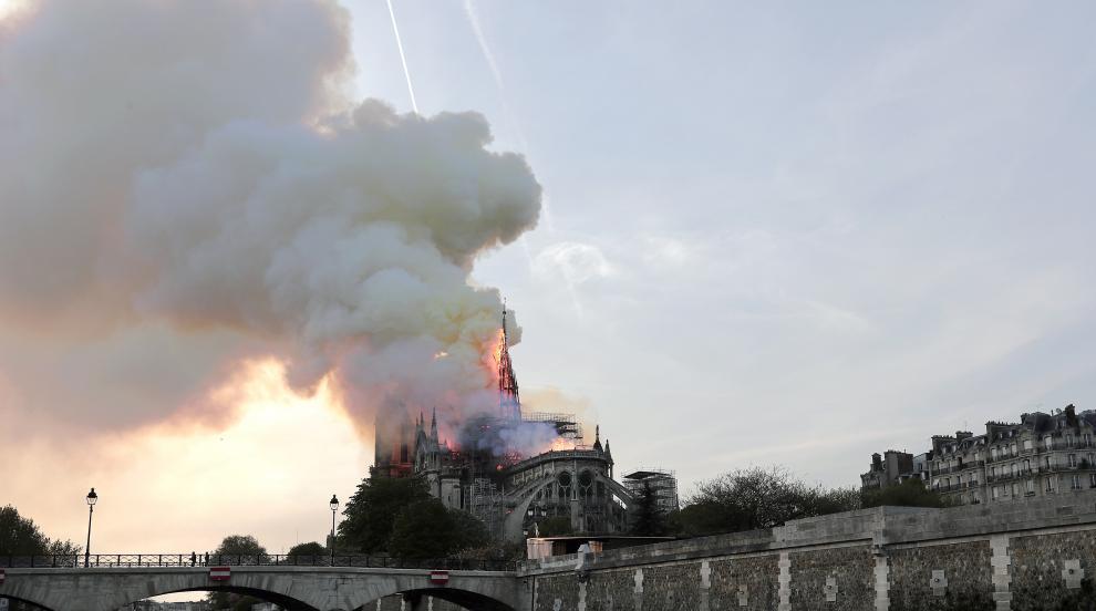 "Кулата-стрела на ""Нотр Дам"" рухна (НА ЖИВО)"