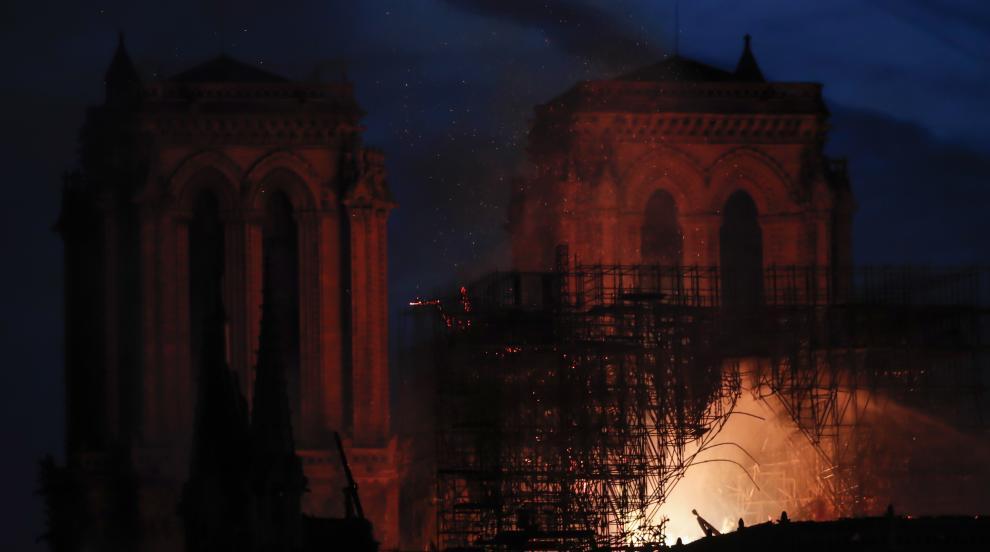 """Пожарната в Париж обяви основната сграда на """"Нотр Дам"""" за спасена"""