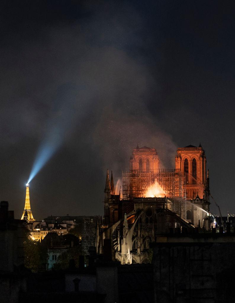 Пожар унищожи голяма част от парижката катедрала Нотр Дам
