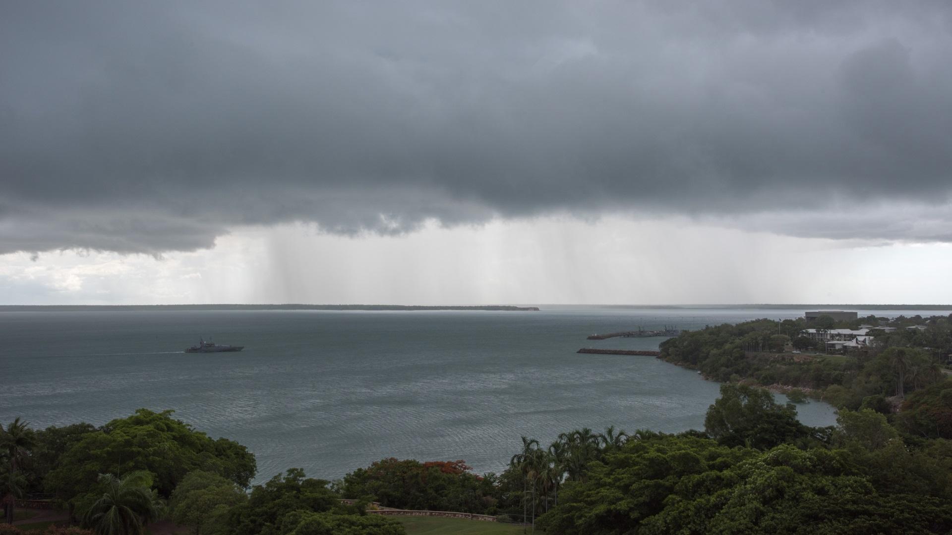 Облакът, който се появява всеки следобед<br /> <br /> Всяка година от септември до март, всеки следобед буреносен облак, на име Хектор се формира над островите Тиви в Австралия. Хектор е една от най-постоянните гръмотевични бури. Кърстена е на пилот от Втората световна война и е обект много метеорологични изследвания. Все още обаче няма обяснение защо бурята продължава да се появява.