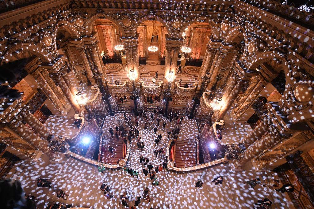Внушителна е както външната фасада с множество статуи, инкрустации и релефи, така и вътрешността й, за която някои казват, че е най-красивата сграда в света.&lt;br&gt;&lt;br /&gt;&lt;br /&gt;<br />