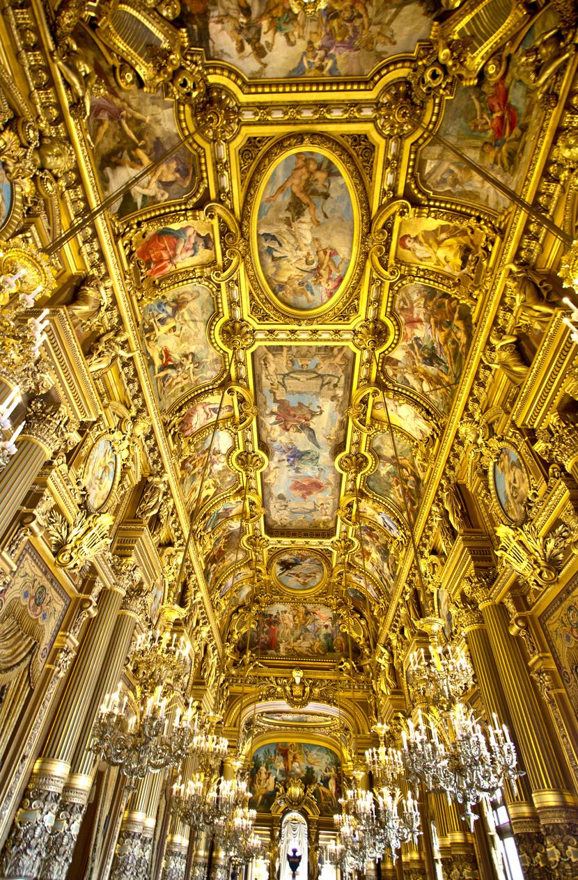 Представлява красив нео-бароков дом на операта и балета. Построена е между 1862 и 1875 г.
