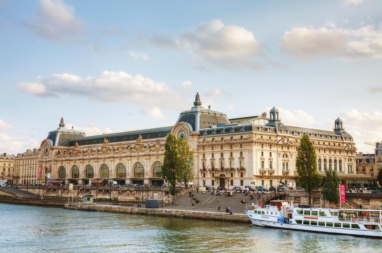"""""""Музей д'Орсе"""" е бивша железопътна гара, разположен е на левия бряг на река Сена. Открит е като музей на 1 декември 1986 г."""