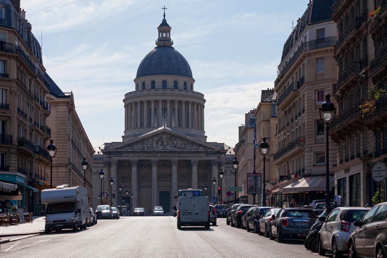 """Освен дом на известното """"Махало на Фуко"""", това е и най-известната гробница във Франция."""
