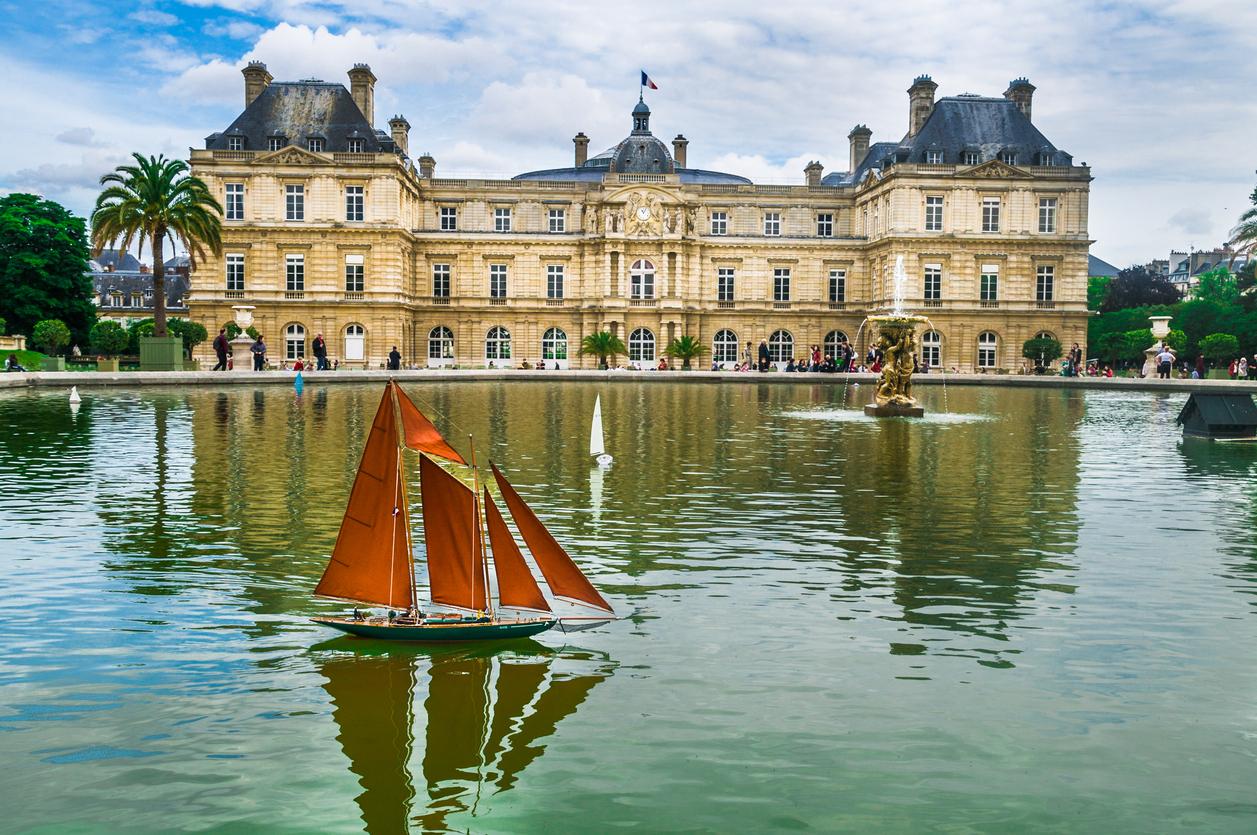 В Люксембургския дворец заседава Сенатът на Франция.