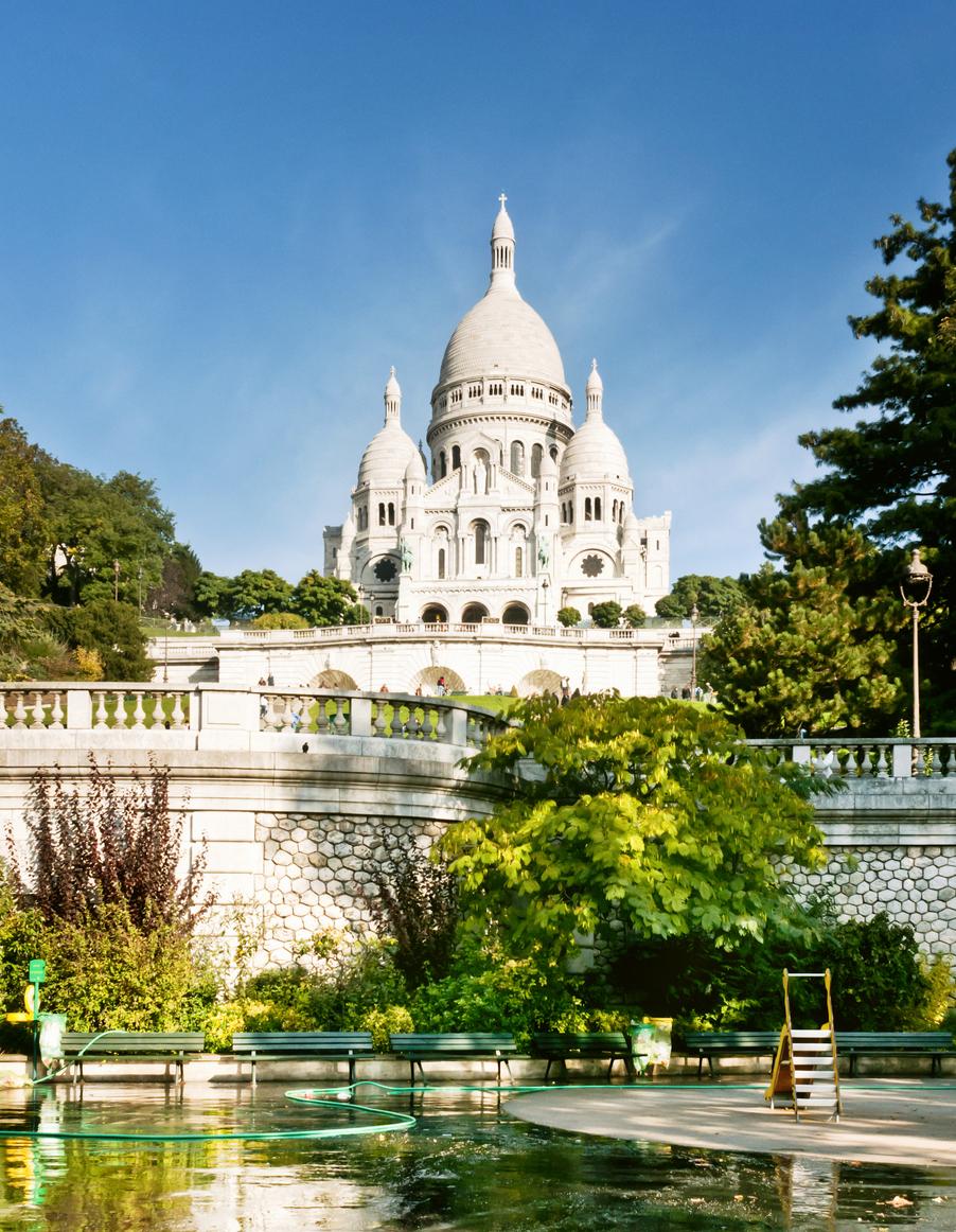 """Хълмът Монмартър е свещен за парижани. До римокатолическата базилика """"Сакре-Кьор"""" водят извити калдъръмени улички."""