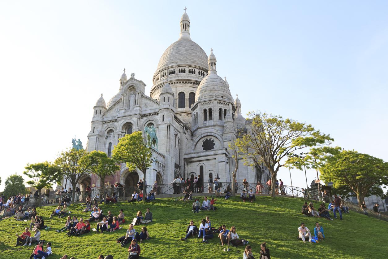 Хълмът е втората по височина точка в града след Айфеловата кула и от стълбите пред църквата се открива гледка към Париж.
