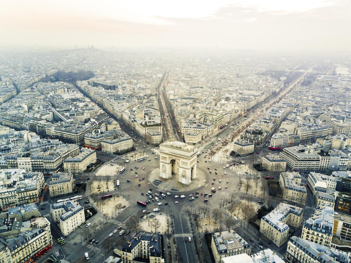 """Един от най-известните монументи в Париж се намира на десния бряг на река Сена, в центъра на 12-ъгълна конфигурация от 12 булеварда - площад """"Шарл дьо Гол""""."""