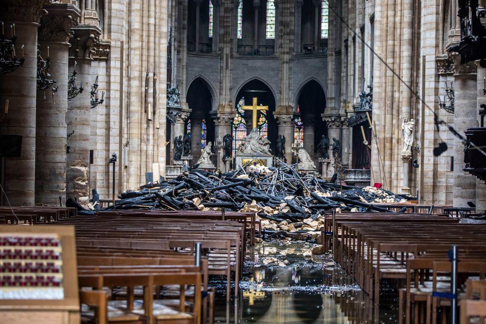 Снимки на катедралата отвътре след опустошителния пожар