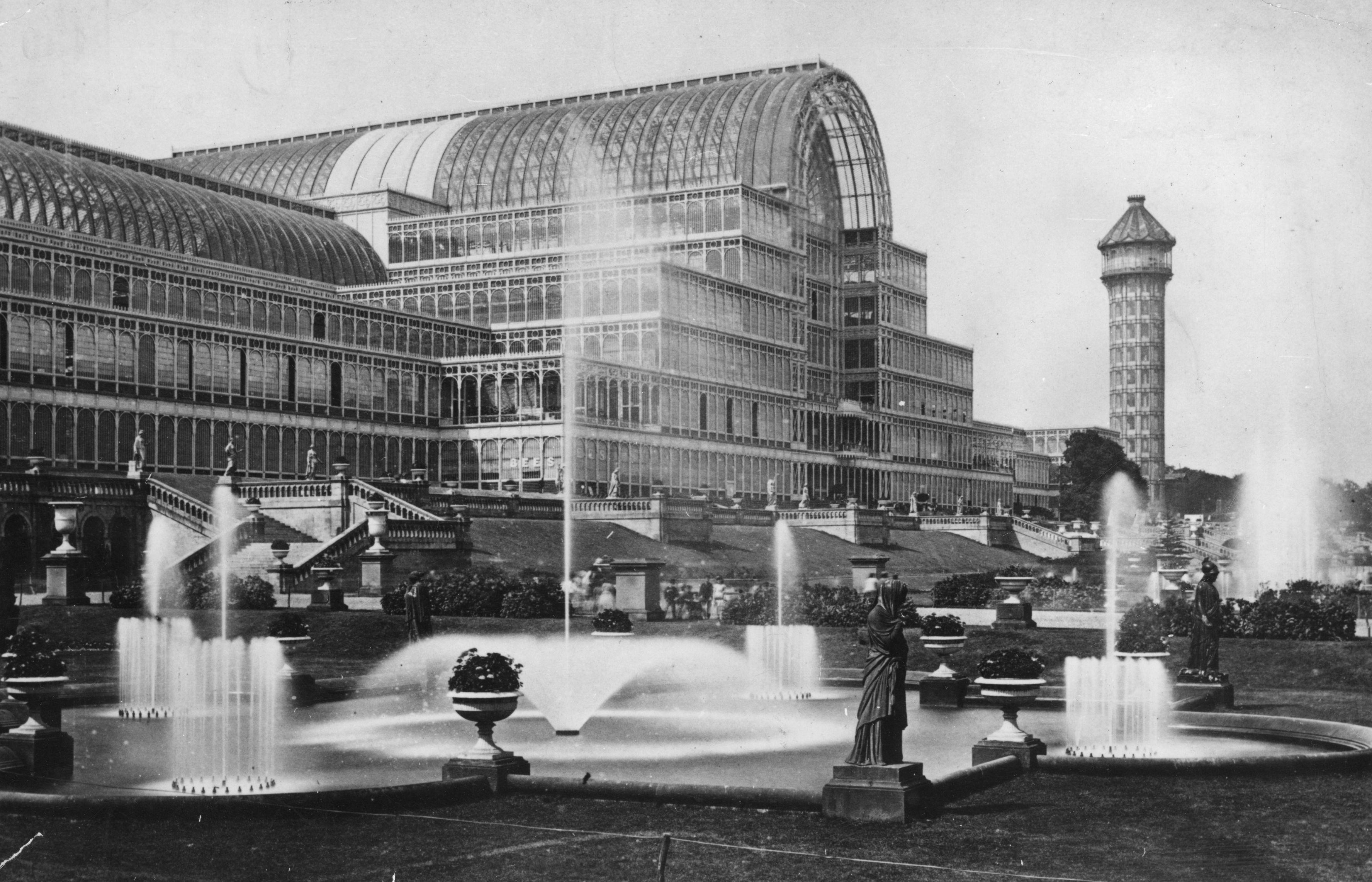 1936 година, Лондон.<br /> Кристалният двореценоваторсказа времето си сграда отжелязоистъкло, издигната вЛондонскияХайд Паркпо повод провеждането наГолямото изложениепрез 1851 г.В двореца са били разположени щандовете на над 14 хиляди изложители от цял свят, демонстриращи достиженията наИндустриалната революция.