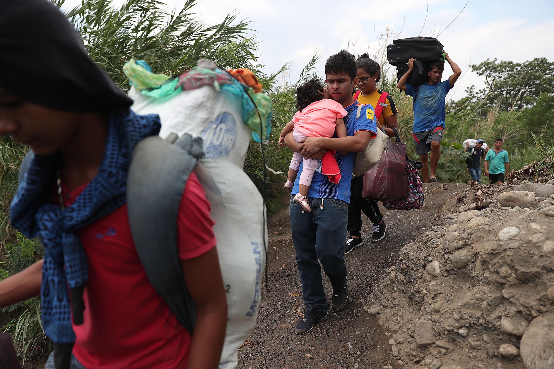 Много венецуелци поемат по дълго и мъчително пътуване през реката Сулия, за да получат жизненоважни доставки или, за да избягат от ситуацията, в която се намира страната им