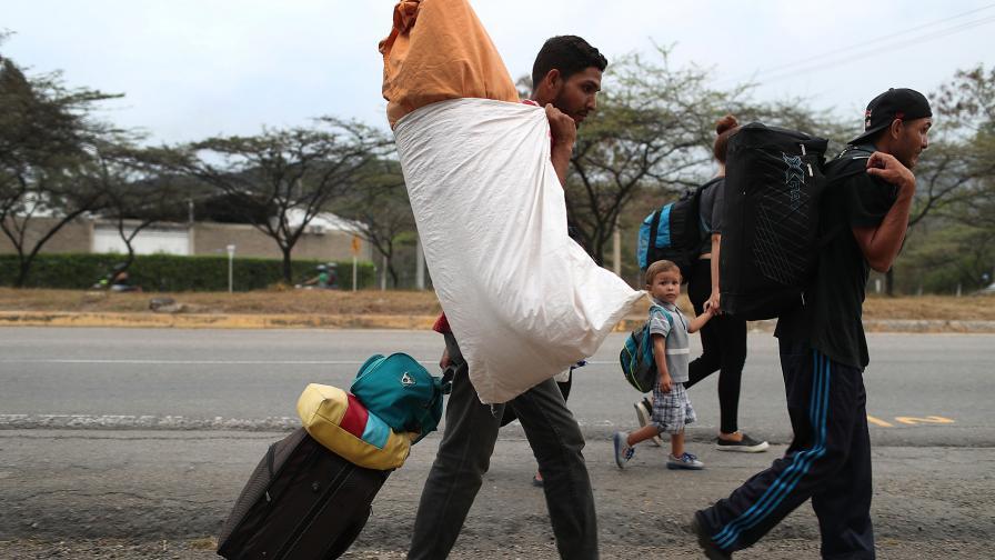 Венецуелци преминават границата с Колумбия в...