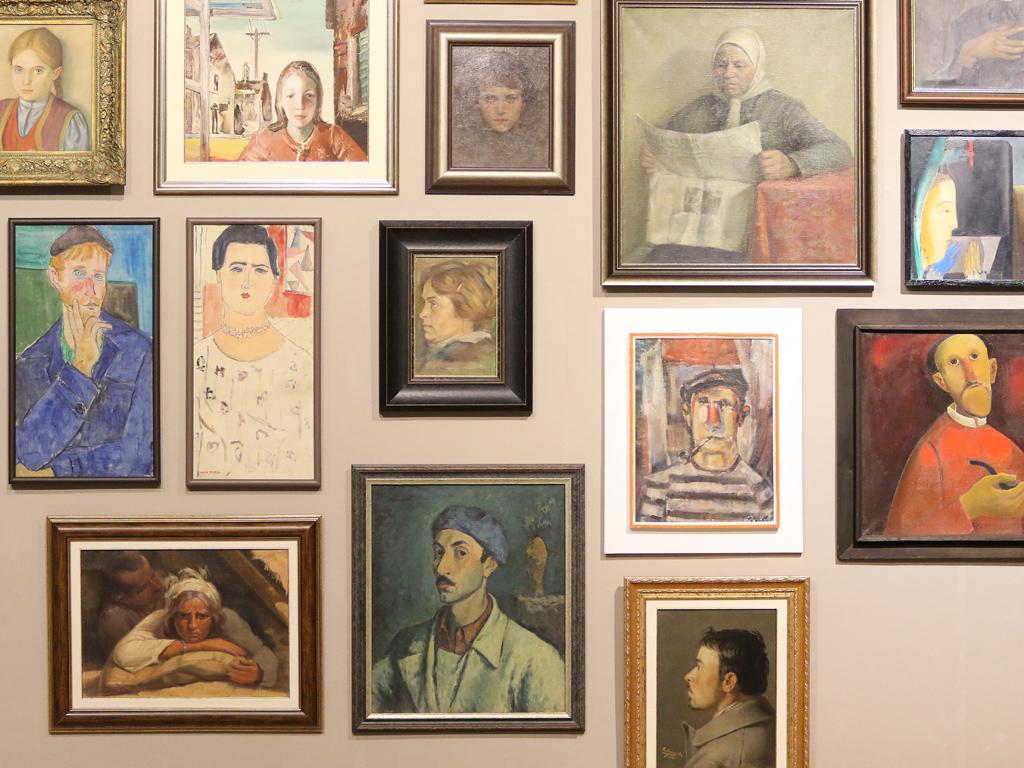"""""""Портрет на приятел"""" е петата по ред изложба в рамките на проекта на СГХГ """"Другото око"""", стартирал за първи път през 2010 година. Основният смисъл на проекта е външни куратори не-изкуствоведи, да бъдат поканени във фондовете на галерията и, имайки на разположение произведенията на музейната колекция, да изберат посока и идея за експозиция."""