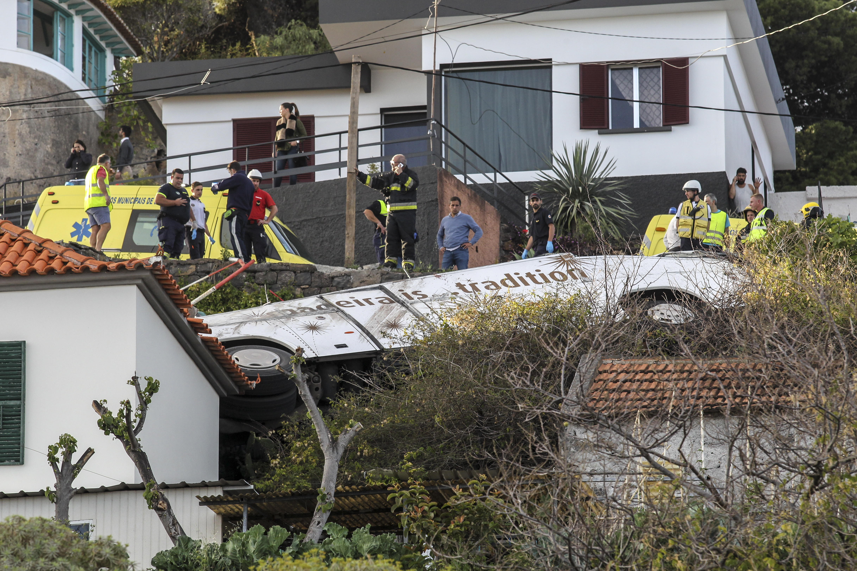 Автобус с 55 туристи и техният гид се преобърна по склон и се удари в къща