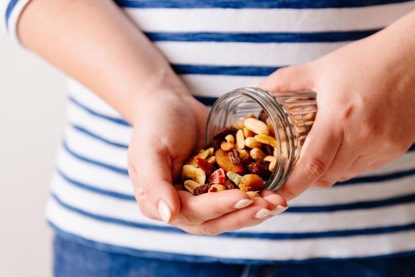 <p>Почти всички ядки (особено бадемите) са чудесен източник на витамин Е, който може да помогне за възстановяване на кожната тъкан, да запази влагата в кожата и да предпази кожата от увреждащите UV лъчи. Орехите пък, от своя страна, съдържат противовъзпалителни омега-3 мастни киселини, които могат да помогнат за укрепване&nbsp;мембраните на кожните клетки и допринасят за красивия блясък на кожата.</p>