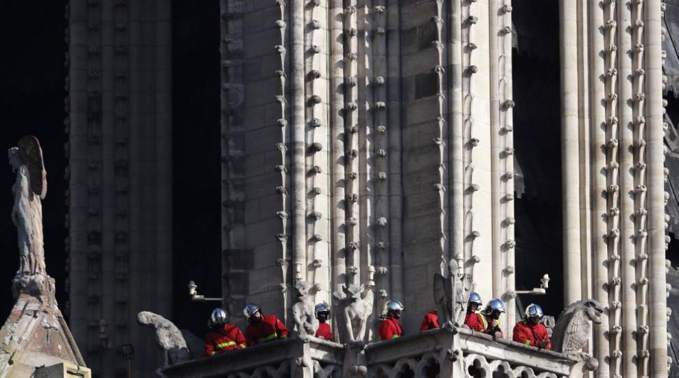 """Работници укрепват конструкцията на """"Нотр Дам"""" (СНИМКИ/ВИДЕО)"""