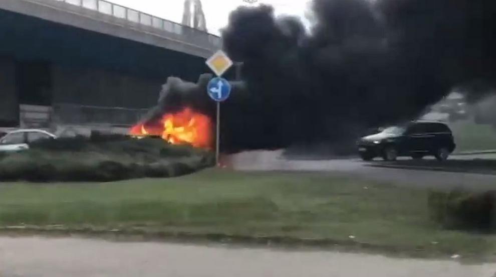 Кола се запали край бензиностанция в София (ВИДЕО)